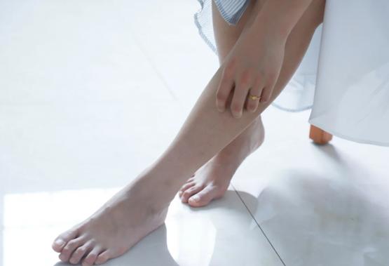 ما الذي يسبب تورم الساقين وكيفية التعامل معها؟ kntosa.com_28_20_159